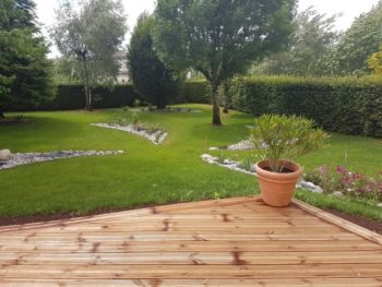 terrasse bois, engazonnement et création de massifs