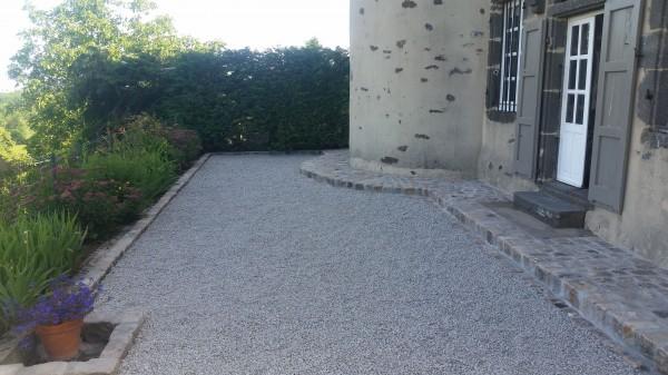aménagement d'une cour la charmille paysagiste mauriac création conception et entretien de parcs et jardins