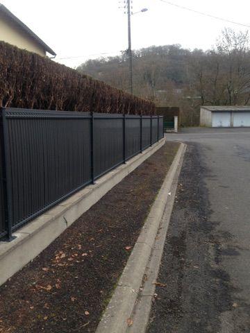 fourniture et pose de clôture en panneaux rigides avec occultants pvc gris la charmille paysagiste