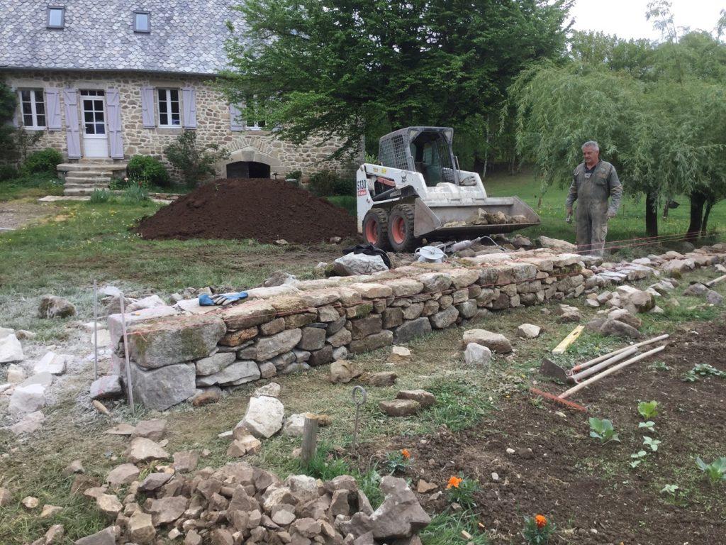 montage mur en pierre sèche avec pierres de récupération la charmille paysagiste goulles