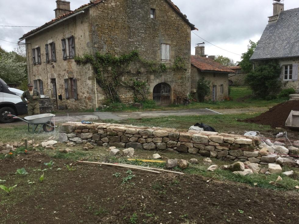 réalisation d'un mur en pierres sèches la charmille paysagiste