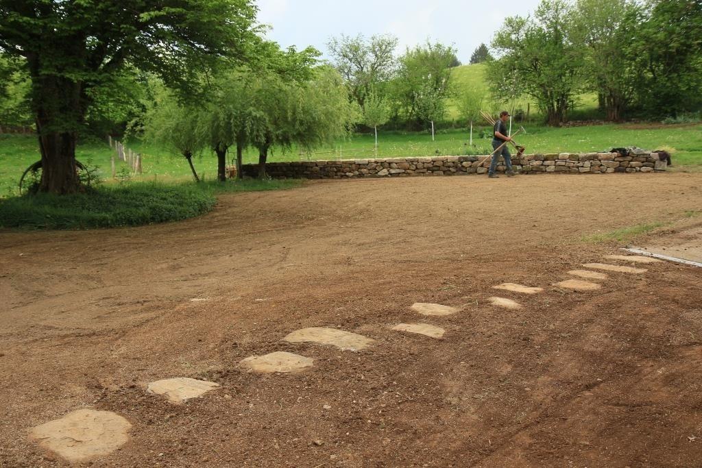 pas japonnais gazon mur en pierre sèche la charmille paysagiste mauriac