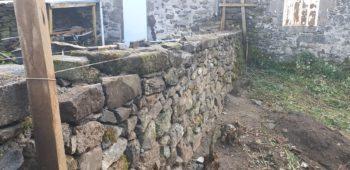 reconstruction d'un mur éboulé