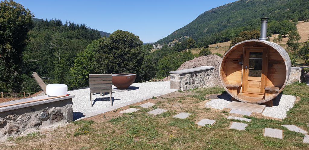 spa brasero terrasse gravillonnée mobilier la charmille mauriac jardin espaces verts paysagiste